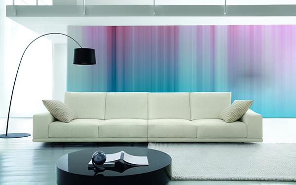 фотообои с вертикальными цветными полосами увеличат высоту интерьера