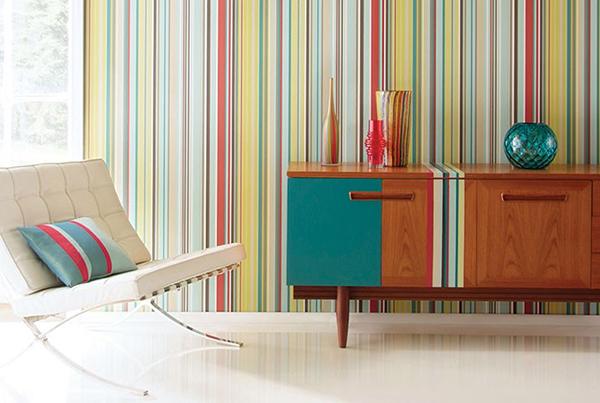 дизайн цветных полос в интерьере фотообои на стене и мебель