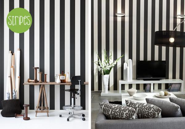 обои с вертикальными полосами на стене визуально увеличат высоту