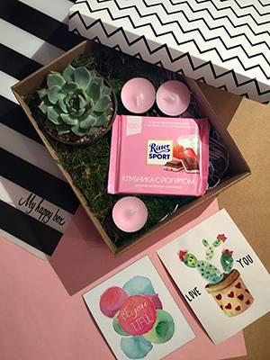В составе коробочки: суккулент; эхеверия(каменная роза); шоколадка Ritter sport; магнит на холодильник; нарисованная вручную открытка; свечки; декор