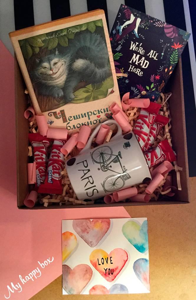 Состав коробочки: блокнот Чеширский кот с прекрасными иллюстрациями и фразами из произведения Алиса в стране чудес; магнит на холодильник; Кружка; мини шоколадки kitkat; записочки пожеланиями; нарисованная вручную открытка; декор